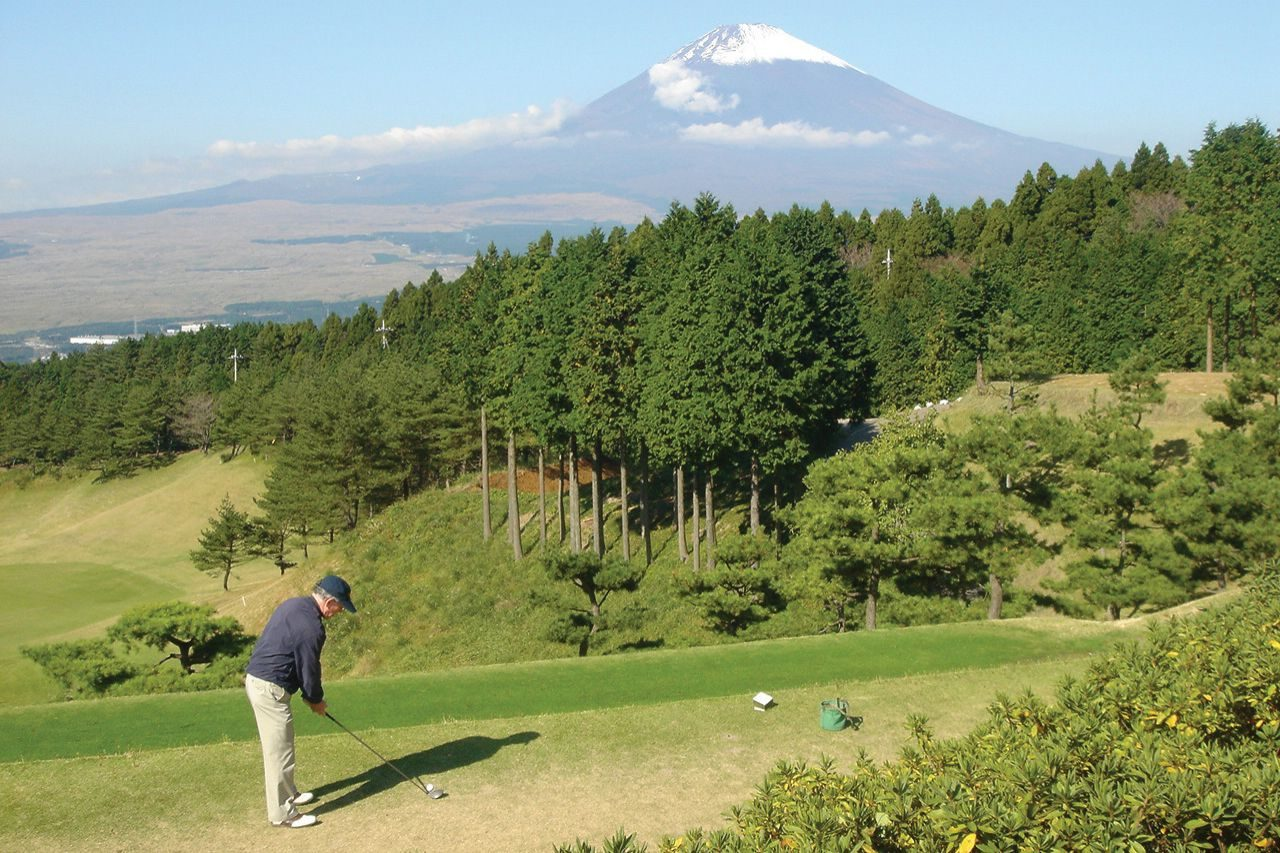Mike Swain tees off in front of Mount Fuji.